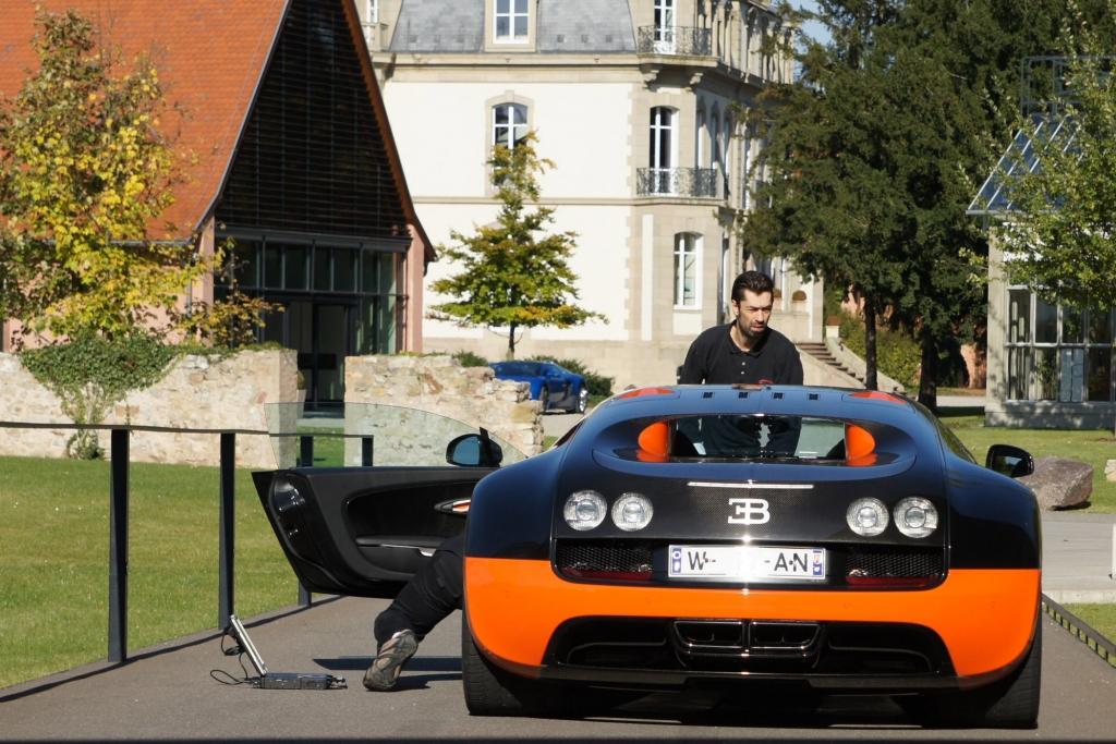 Ein Bugatti 16.4 Veyron Super Sport wird zur Auslieferung vorbereitet.