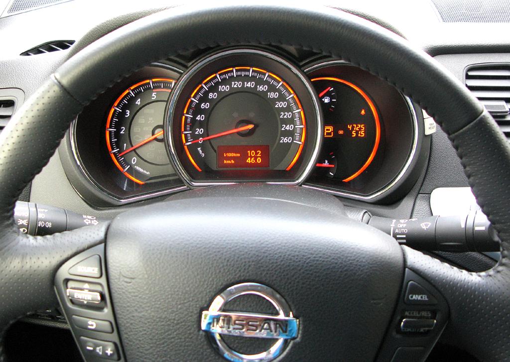 Nissan Murano Diesel: Blick durch den Lenkradkranz auf die Rundinstrumentierung.
