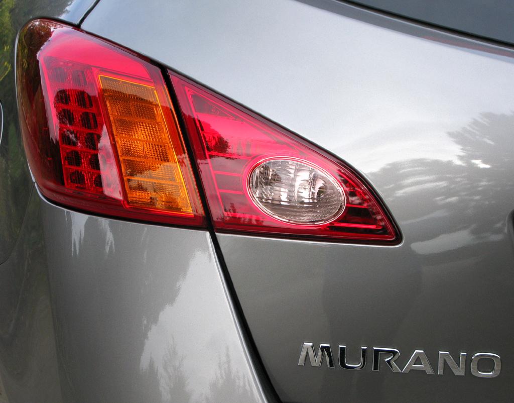 Nissan Murano Diesel: Moderne Leuchteinheit hinten mit Modellschriftzug.