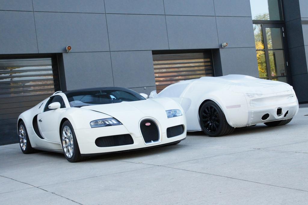 Noch verpackt - und zum Start bereit: Zwei Bugatti 16.4 Veyron Grand Sport.