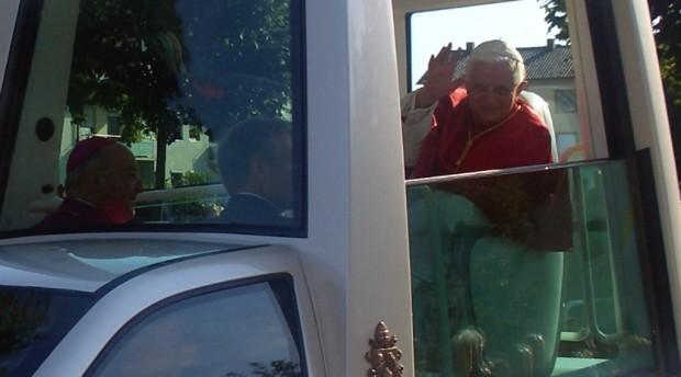 Papst fährt auf E-Mobile ab