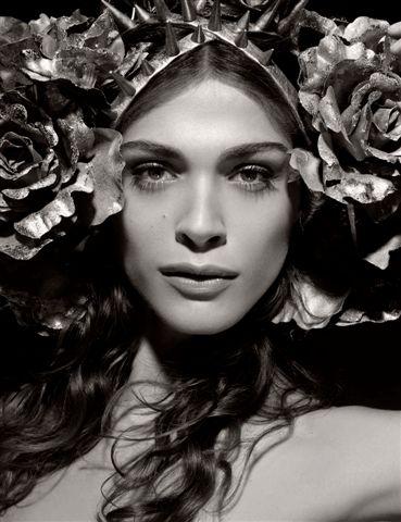 Reifen und nackte Schönheit - Pirelli-Kalender 2011. Das italienische Model und Schauspielerin Elisa Sednaoui als Flora - Göttin der Blüte in der römischen Mythologie.