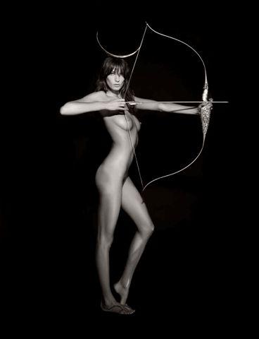 Reifen und nackte Schönheit - Pirelli-Kalender 2011. Das ukrainische Topmodel Daria Werbowy als Göttin Artemis - der Göttin des Waldes und der Jagd.