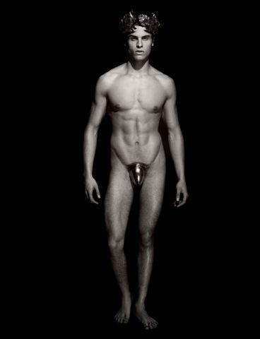 Reifen und nackte Schönheit - Pirelli-Kalender 2011. Lagerfeld Muse Baptiste Gianconi als Götterbote Apollo.