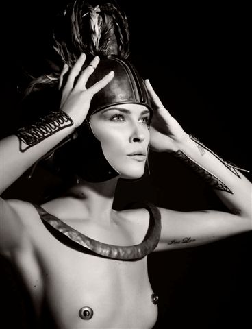Reifen und nackte Schönheit - Pirelli-Kalender 2011. Model Erin Wasson als antiker Held Ajax.