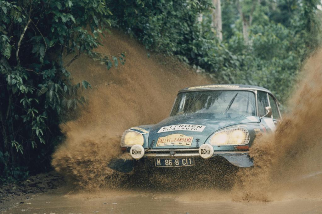 """Sportlich unterwegs: eine Citroën DS im Jahr 1972 bei der """"Rallye du Bandama""""."""