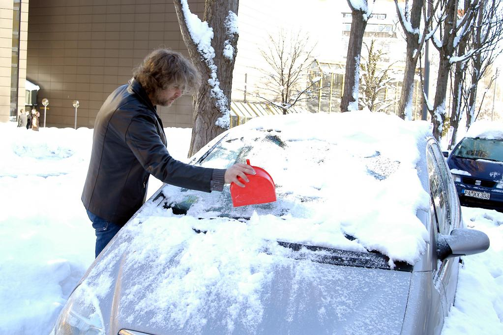 Tipp: Eis vom Autodach auf jeden Fall entfernen