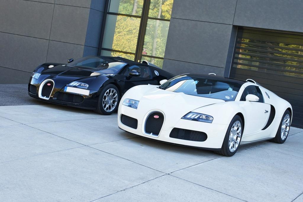 Zwei jungfräuliche Veyron 16.4 Grand Sport im Bugatti-Werk Molsheim.