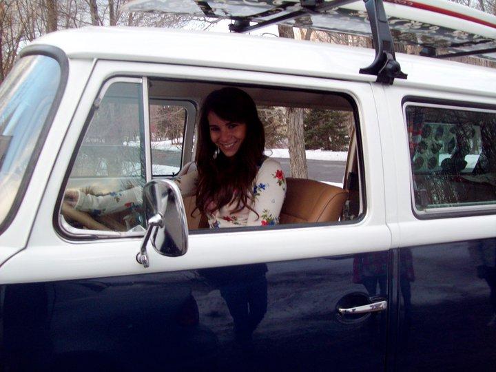 Aber so lange der Wagen noch da ist, freut sich Lizzy darüber, Foto: Facebook