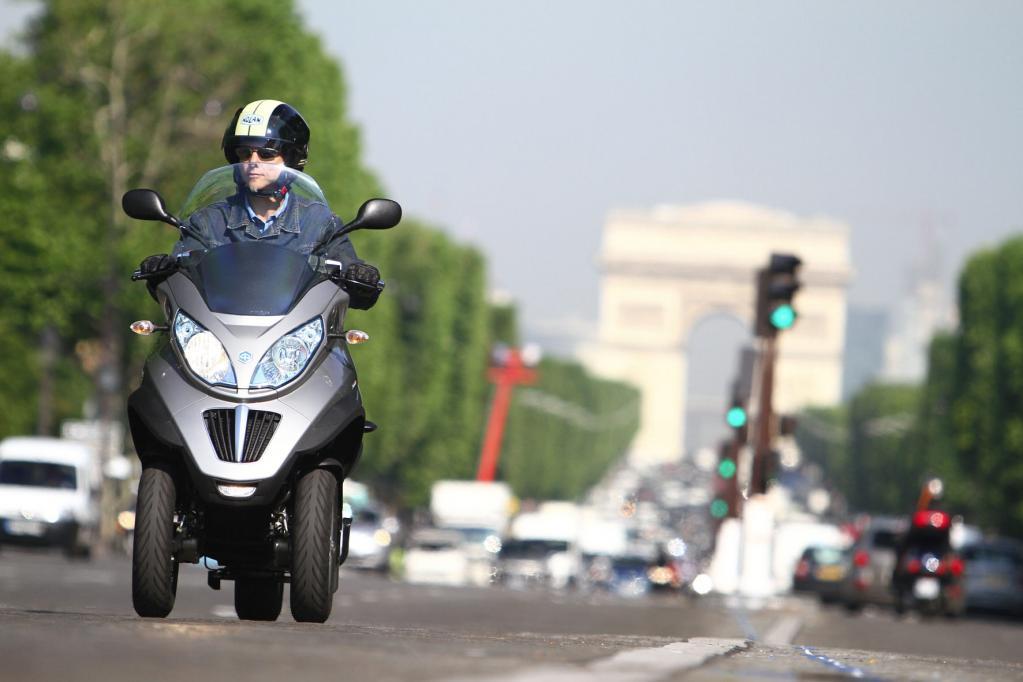 Agiles Großstadtfahrzeug, das mit dem Auto-Führerschein gefahren werden darf: der Piaggio mp3 300 LT