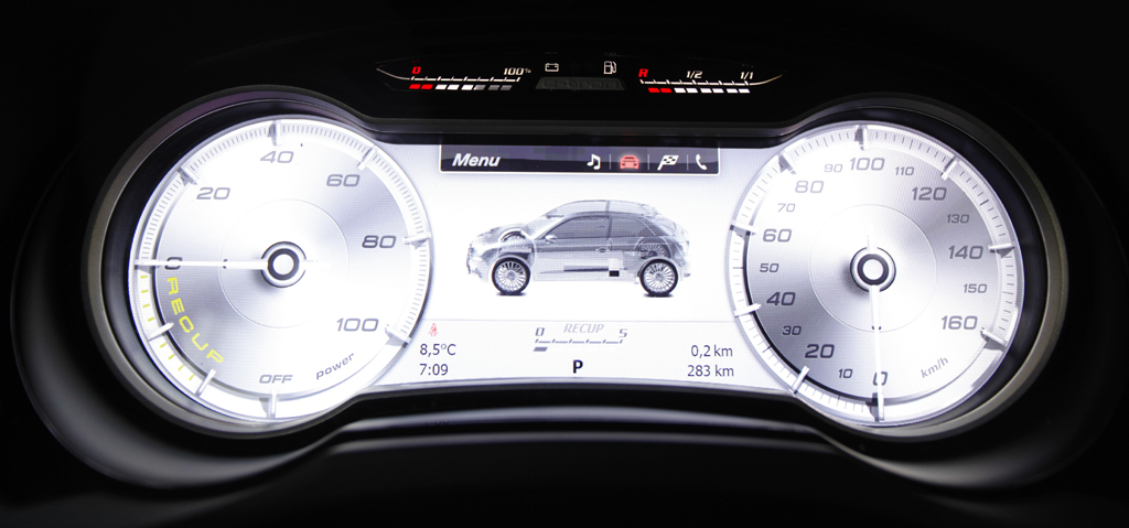 Audi A1 e-tron: Blick durch den Lenkradkranz auf die zentrale Queranzeige.