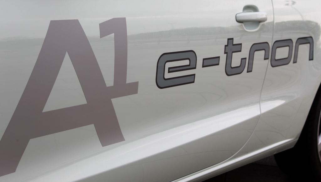 Audi A1 e-tron: Modellschriftzug an der Seite.