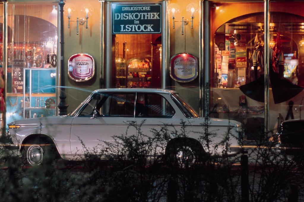 BMW 1600-2 in zeitgeistigem Ambiente