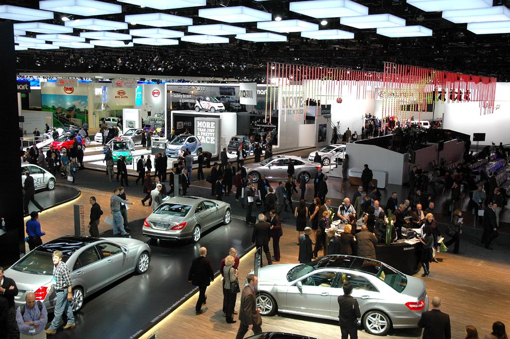 Blick vom Mercedes- auf den Smart-Stand hinüber.