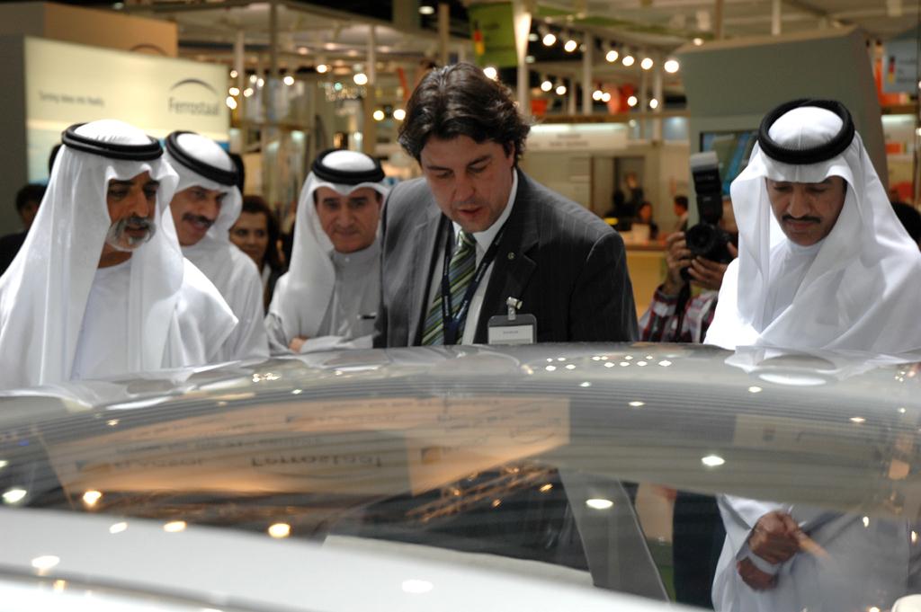 Daimler-Forschungsmann Jürgen Hirsch mit Emiratis am F800 Style.