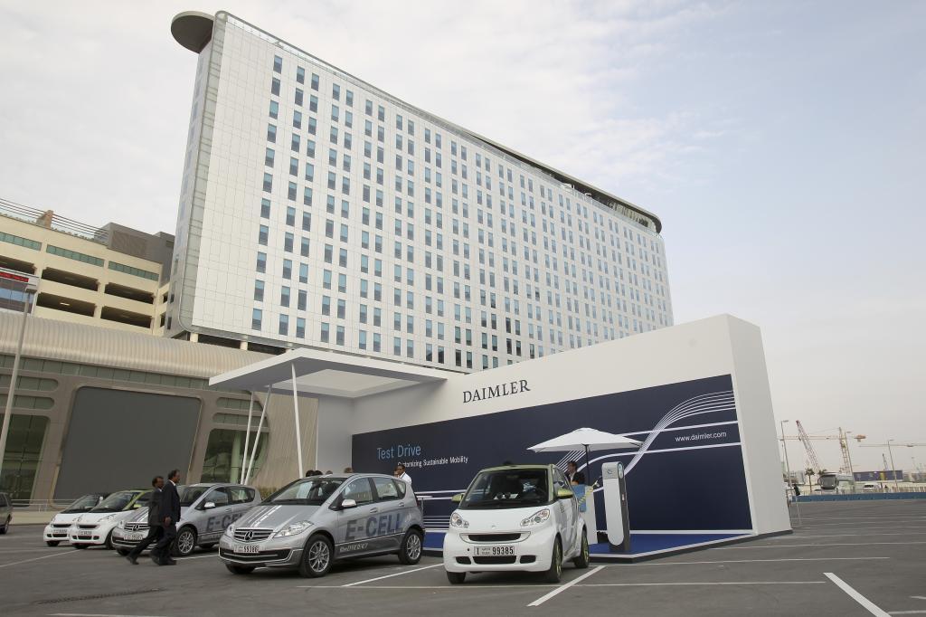 """Daimler präsentiert nachhaltige Antriebslösungen auf dem """"World Future Energy Summit"""" in Abu Dhabi."""