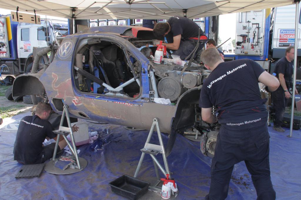 Dakar 2011: VW-Mechaniker bei der Arbeit.