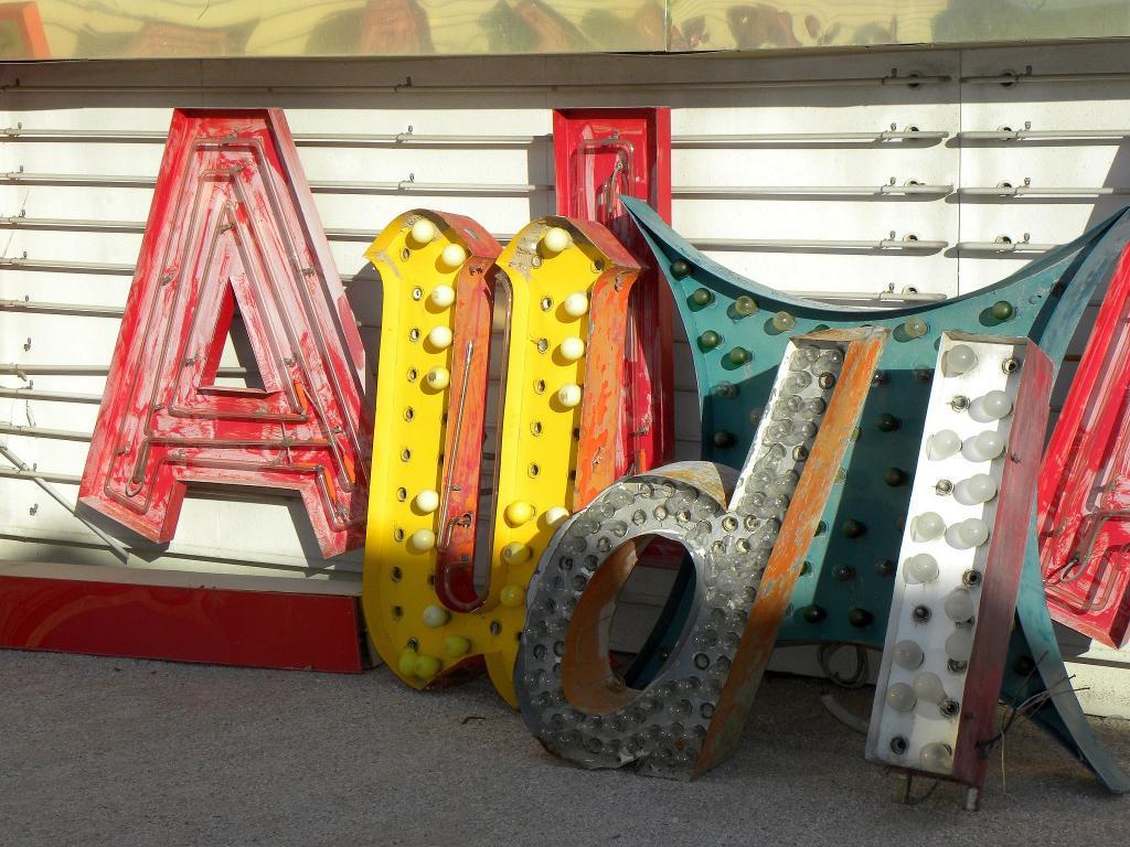 Der Audi-Schriftzug einmal anders -zusammengetragen im Neon-Mudeum von Las Vegas.