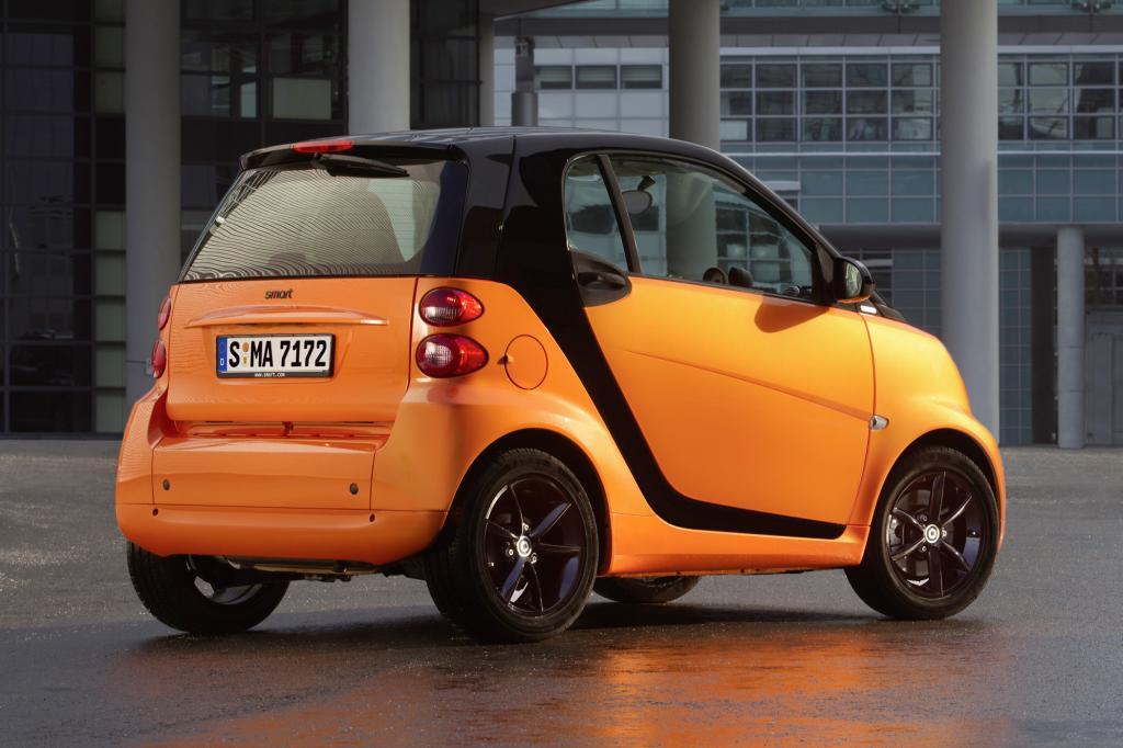 Die Preise beginnen beim Smart Coupé mit dem Dreizylinder-Basismotor (52 kW/71 PS) bei 13.995 Euro