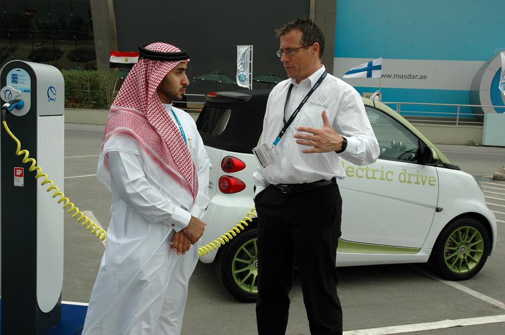 Dieser Emirati lässt sich den Elektro-Smart erklären, ...