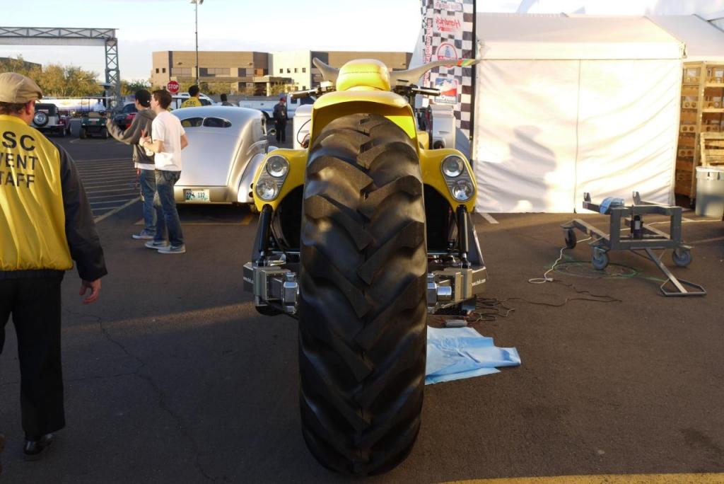 Dieses Motorrad steht auf Traktor-Reifen