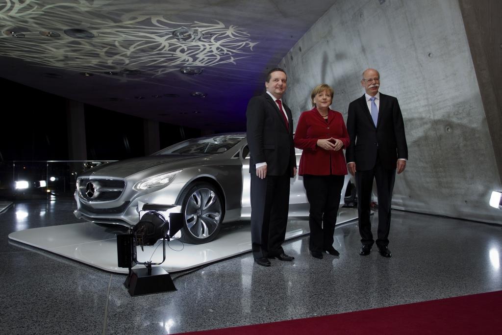 """Dr. Dieter Zetsche, Vorsitzender des Vorstands der Daimler AG und Leiter von Mercedes-Benz Cars, Bundeskanzlerin Dr. Angela Merkel und Stefan Mappus, Ministerpräsident des Landes Baden-Württemberg vor der Skulptur Mercedes-Benz """"Aesthetics 125"""""""