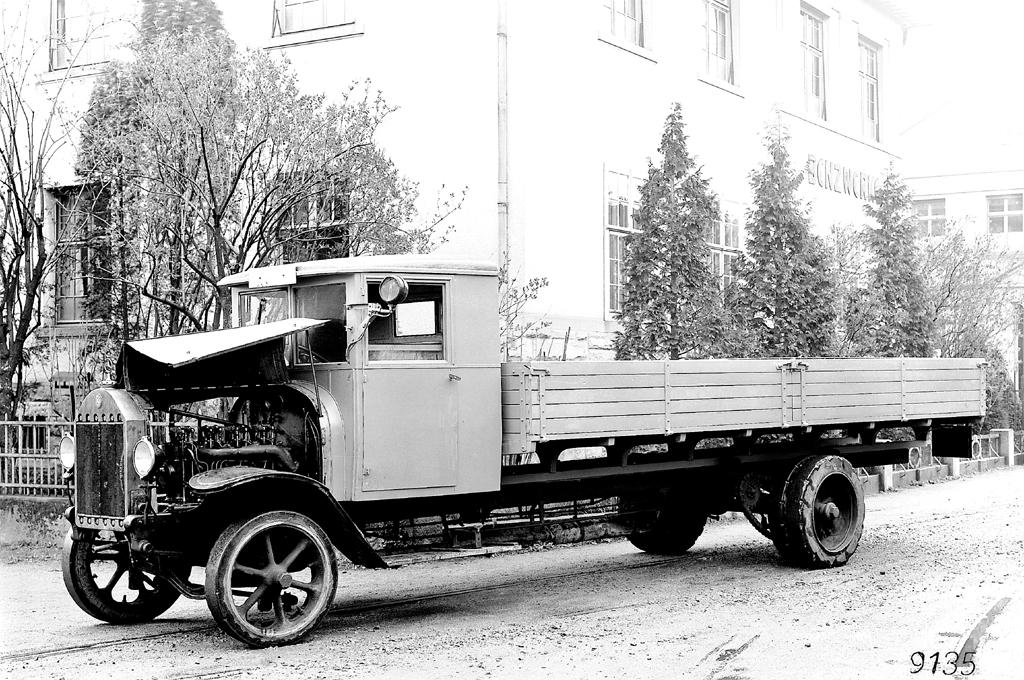 Ein früher Vertreter seiner Art: Erster Benz-Lastwagen mit Vorkammer-Dieselmotor.