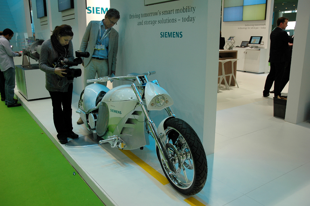 Elektro-Motorrad am Siemens-Stand.