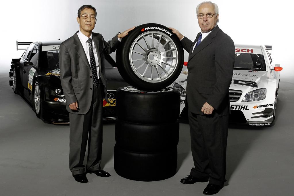 Entsprechend breit ist das Lächeln auf den Gesichtern der Verantwortlichen beim koreanischen Herstellers und bei der DTM.