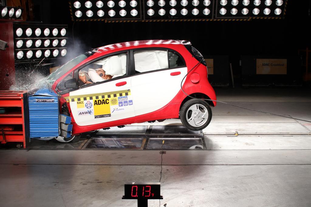 Erstes Serien-E-Auto besteht ADAC-Crashtest - der Mitsubishi iMiev