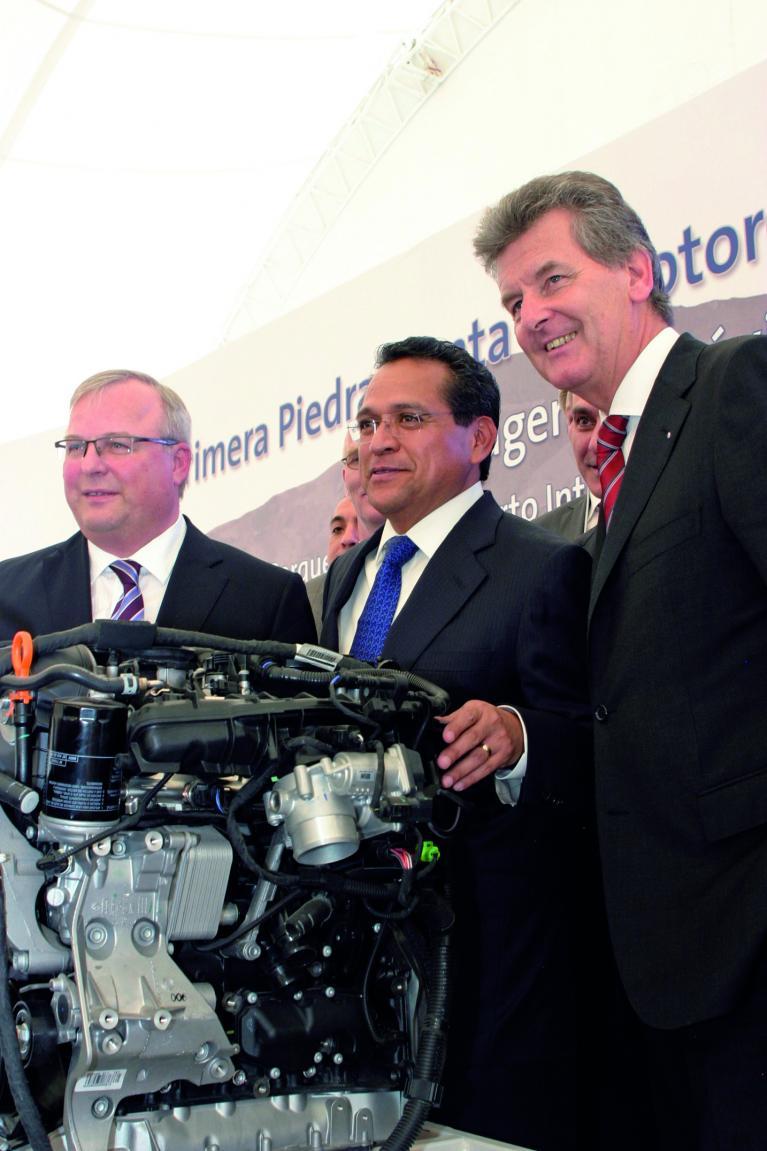 Grundsteinlegung für die neue VW-Motorenfabrik in Mexiko (v.l.): Produktionsvorstand Hubert Waltl, Juan Manuel Oliva Raminéz (Gouverneur des Bundesstaates Guanajuato) und Otto Lindner, Vorstandsvorsitzender von Volkswagen de México.