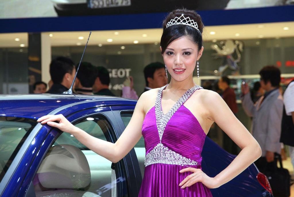 Hostesse auf der Shanghai Motor Show präsentiert die neuen Lieblinge chnesischer Millionärinnen - schnelle Autos