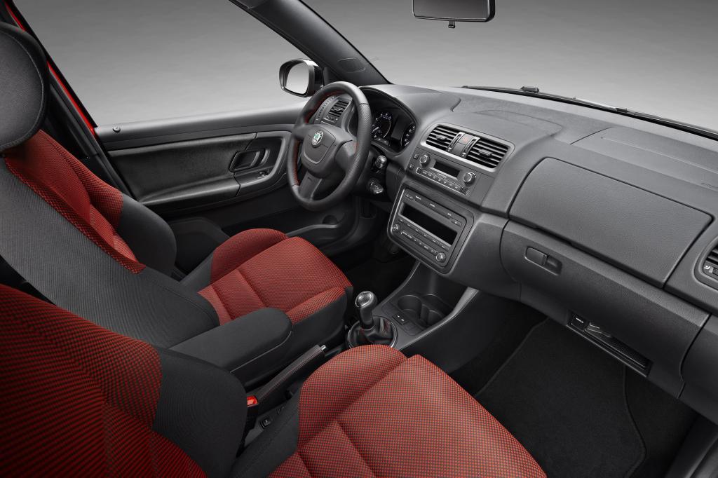 Im Innenraum kommt Leder am Lenkrad, Bremshebel und Schalt-Manschette zum Einsatz