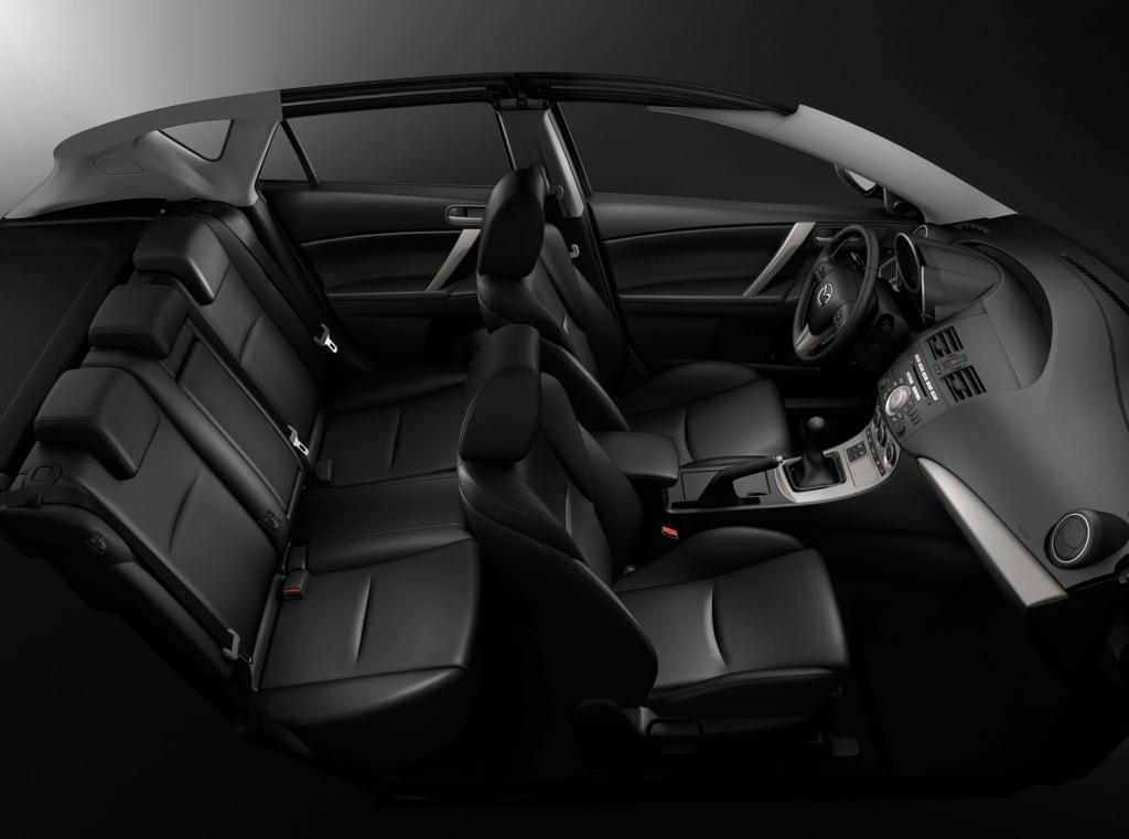 Innen mit viel Platz und hübsch verpackter Technik - der Mazda3