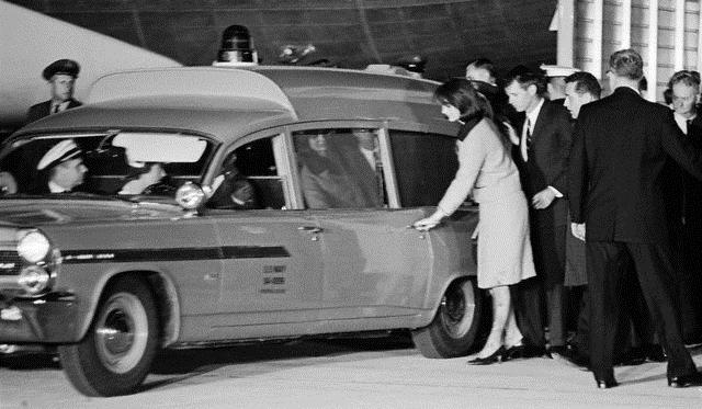 Jackie Kennedy steigt nach dem Attentat in den Wagen