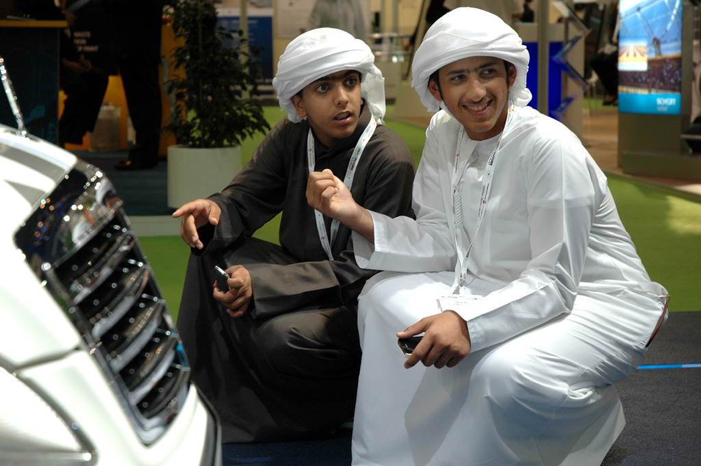 Junge Emiratis vor dem S500 Plug-in-Hybrid am Daimler-Stand.