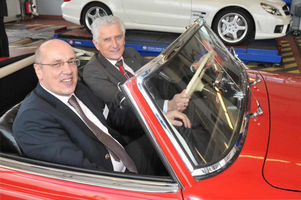 Kurt Bodewig (li) und Prof. Jürgen Brauckmann in einem historischen Mercedes SL