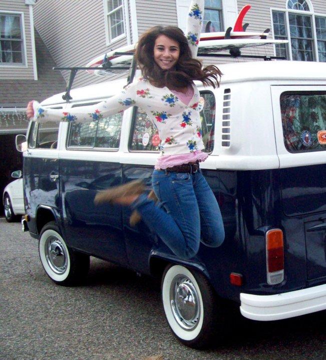 Lizza Marola freut sich über ihren VW-Bus, Foto: Facebook
