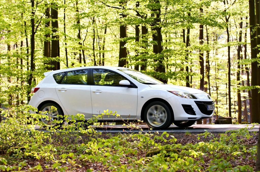 Mazda3 im Grünen. Wer langsam fährt spart.