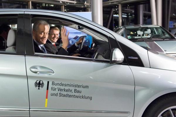 Mercedes-Benz übergibt B-Klasse F-Cell an Bundesverkehrsministerium