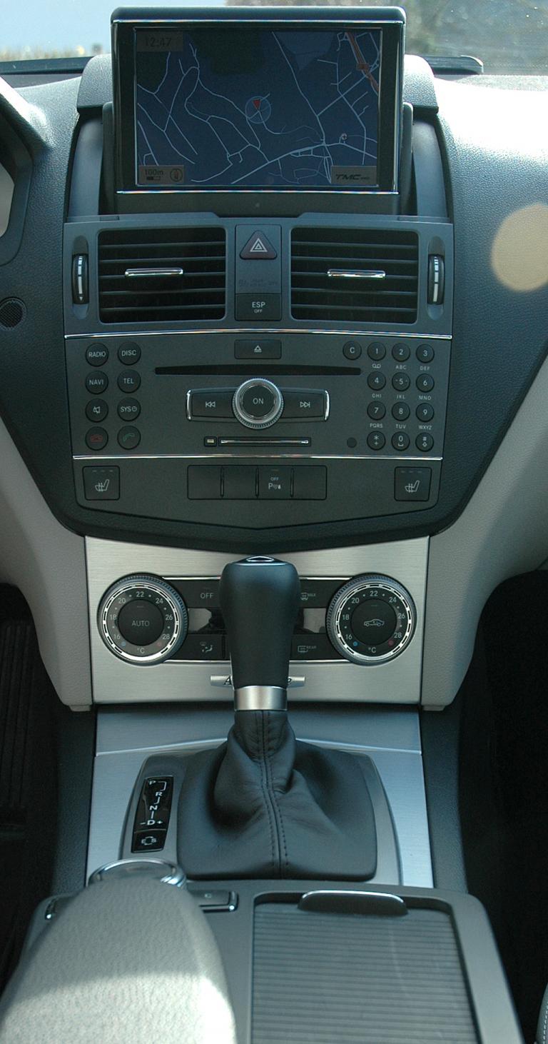 Mercedes C-Klasse: Blick auf den mittleren Armaturenträger mit dem Getriebewählhebel davor.