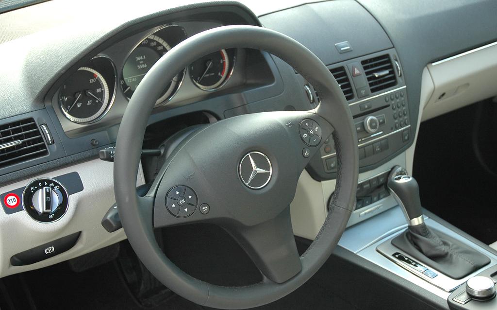 Mercedes C-Klasse: Blick ins insgesamt sehr übersichtlich gestaltete Cockpit.