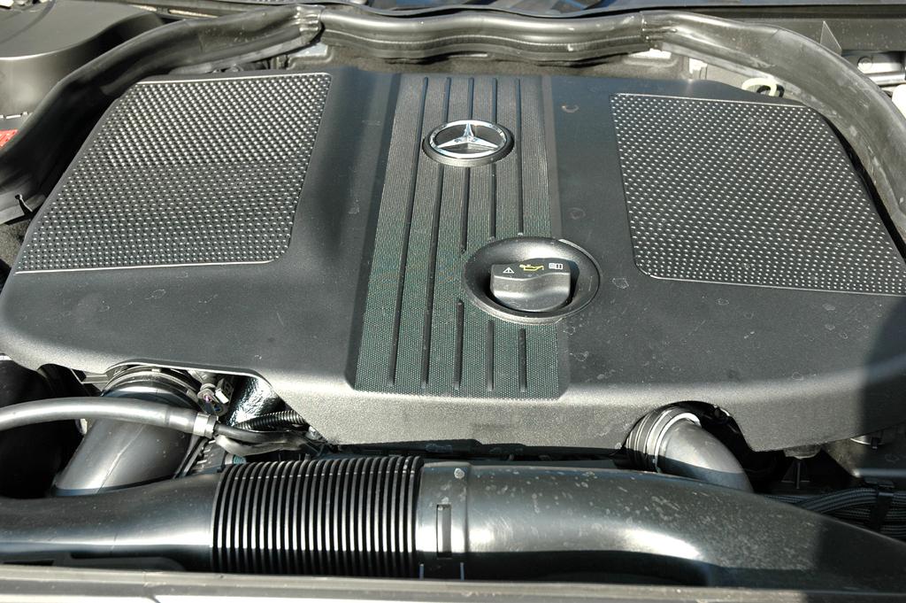 Mercedes C-Klasse: Blick unter die Motorhaube des 2,2-Liter-Vierzylinder-Selbstzünders.