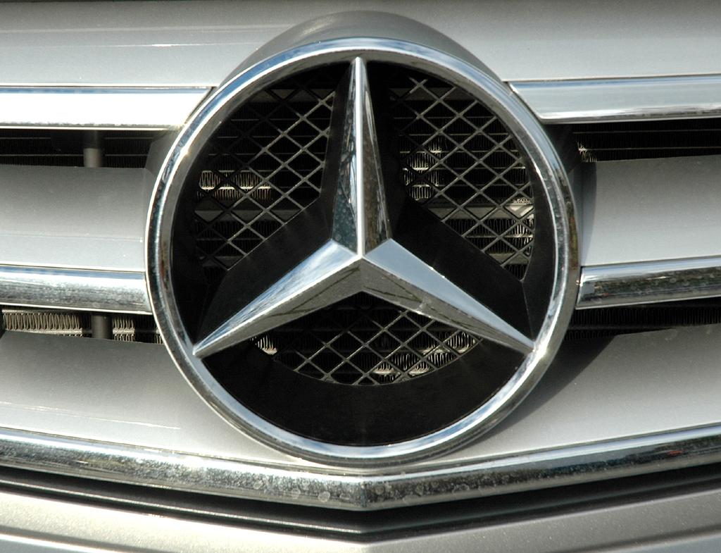 Mercedes C-Klasse: Der große Markenstern vorn sitzt mittig im Kühlergrill.