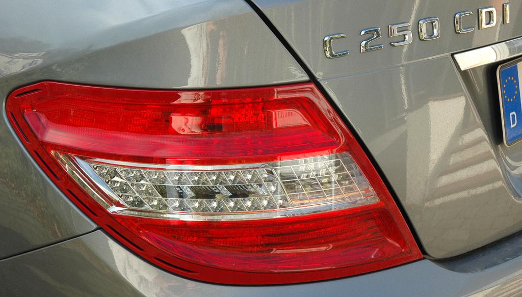 Mercedes C-Klasse: Moderne Leuchteinheit hinten mit Modellschriftzug.