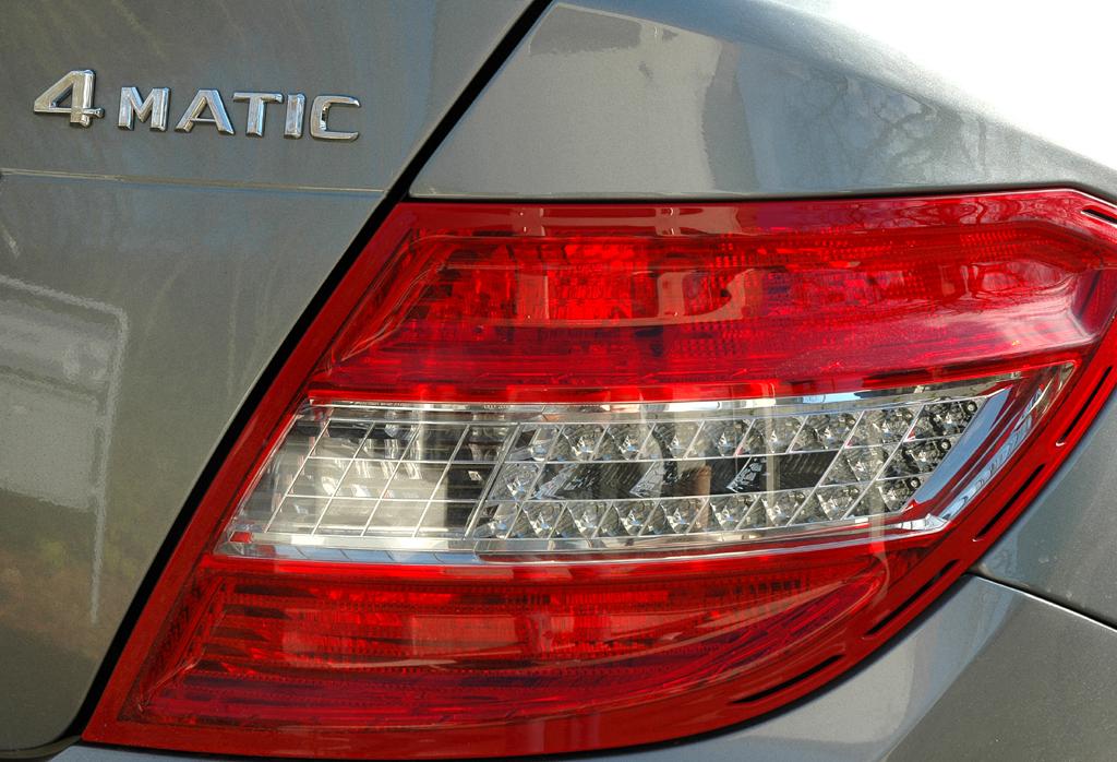 Mercedes C-Klasse: Moderne Leuchteinheiten hinten mit Hinweis auf den 4Matic-Allradantrieb.
