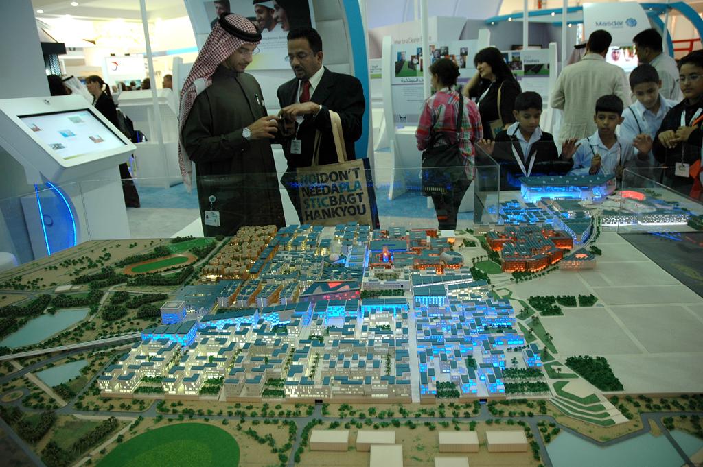 Modell der schon im Entstehen befindlichen Öko-Zukunftsstadt Masdar City in Abu Dhabi, die ihren kompletten Energiebedarf aus Sonnen- und anderen erneuerbaren Energien deckt.