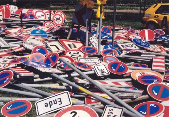 Recht: Irreführende Verkehrsbeschilderung mindert Schuld bei Unfall