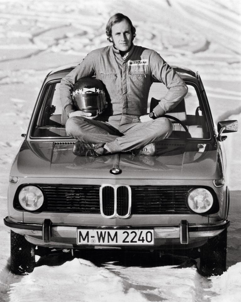 Rennfahrer Hans Stuck mit einem BMW 1502