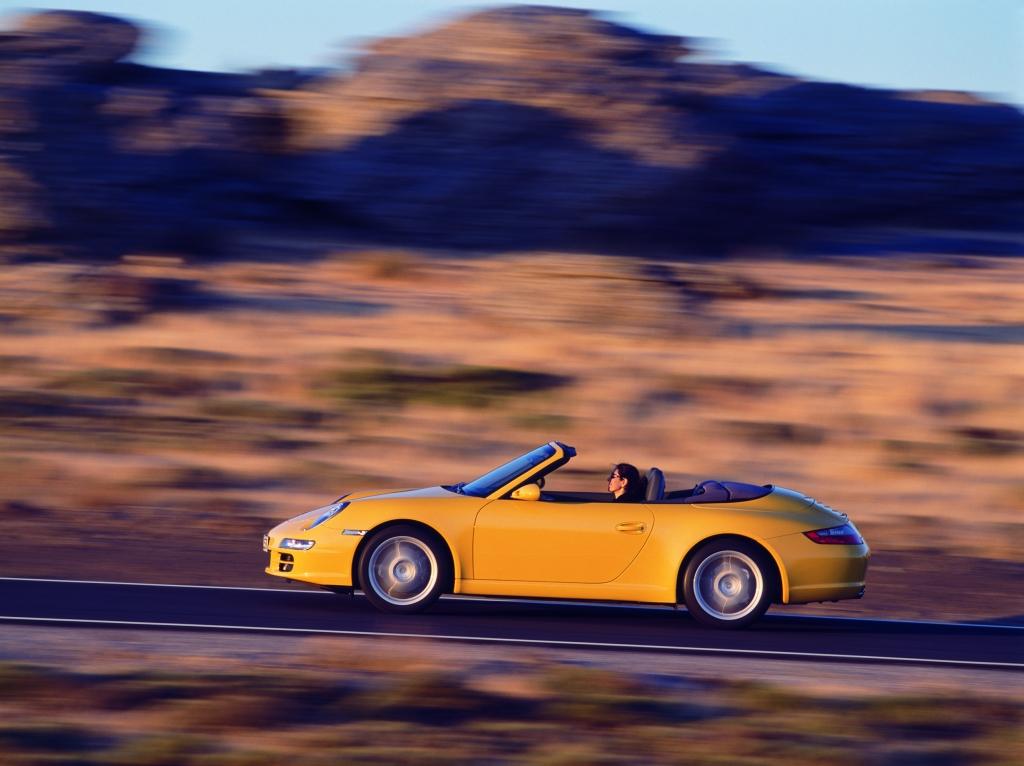 Schon bei einer Geschwindigkeit von 80 km/h kann das Gehör beim Cabrio fahren mit offenem Verdeck geschädigt werden, Bild: Porsche